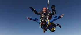 Deux personnes faisant du saut en parachute